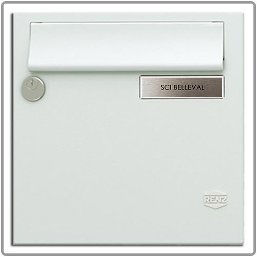 Plaque posée dans le porte-étiquette d'une boite aux lettres