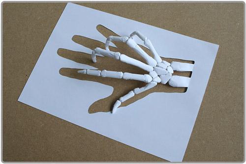 Squelette de main en papier découpé